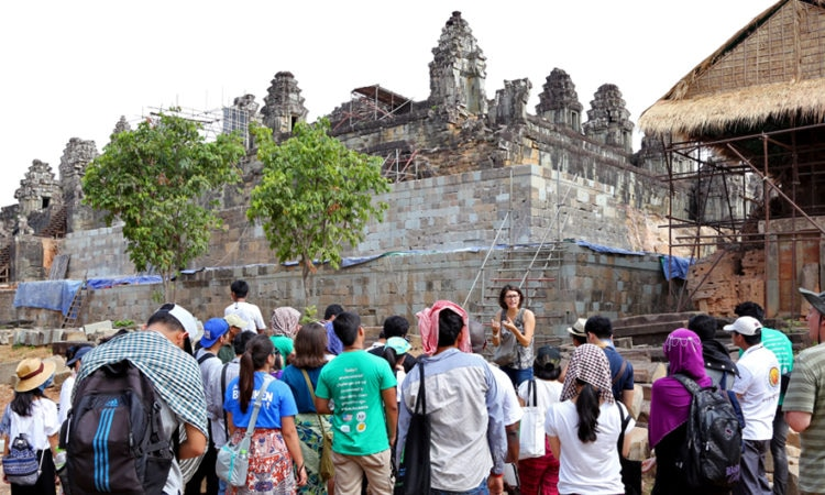 YSEALI members visit Phnom Bakheng and learn about the on-going work done by the World Monuments Fund to preserve the temple with support from the U.S. Embassy [U.S. Embassy photo by Socheat]